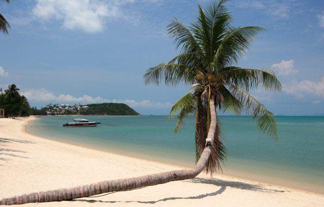 Банграк - пляж с отличными видами на бухту.